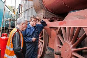 Sir Peter Hendy views 4123's driving wheel.  Photo credit - Robin Mitchell.